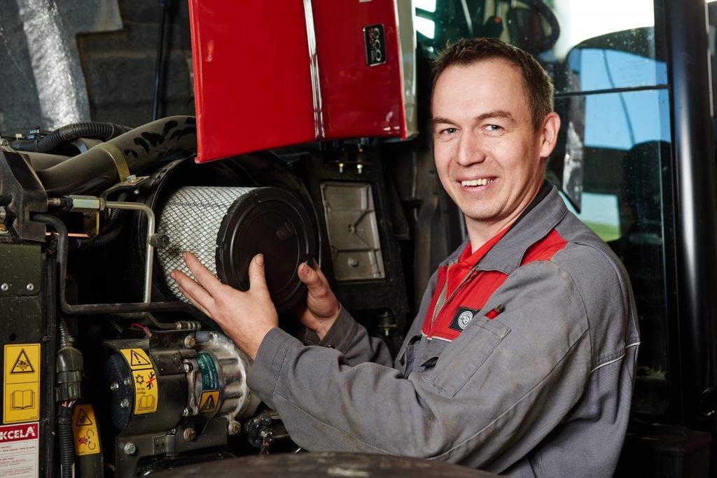 Mechaniker repariert Traktor